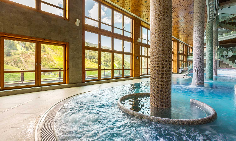 Hermitage Mountain Residences Sport Wellness Mountain Spa piscina central Andorra Soldeu