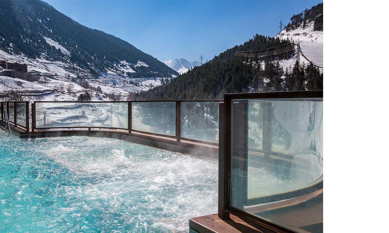 Hermitage Mountain Residences Sport Wellness Spa открытый джакузи с видом на горы
