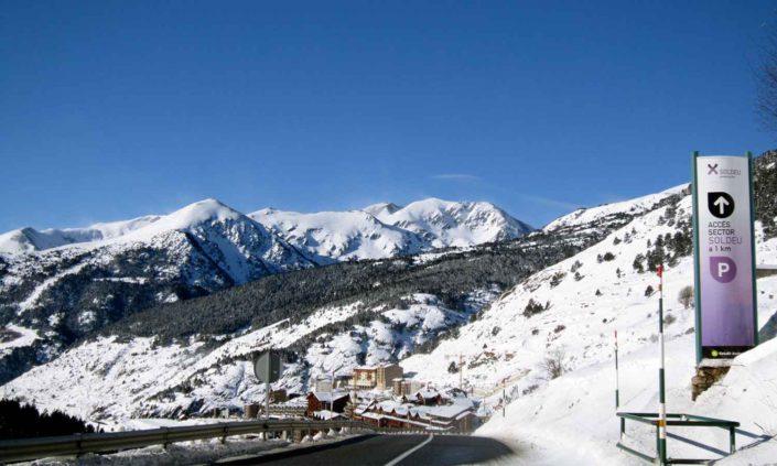 Hermoso paisaje del camino a Soldeu en invierno